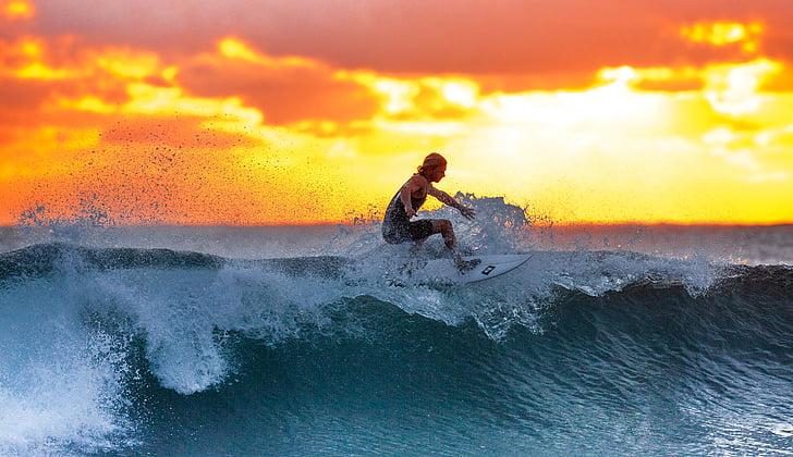 surfista, ona, posta de sol, l'oceà Índic, Costa d'origen Ujung, l'illa de Java, Indonèsia