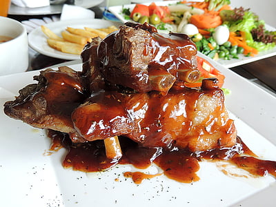 nervature del BBQ, costole, carne, salsa, tavolo, legno, patatine fritte