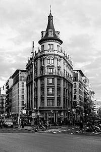arquitectura, en blanco y negro, edificios, ciudad, nubes, personas, carreteras