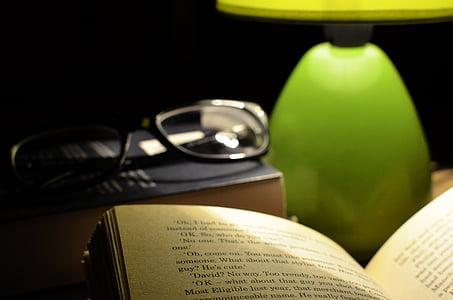 κρεβάτι, το βιβλίο, σκούρο, γυαλιά ηλίου, γυαλιά, λάμπα, φως
