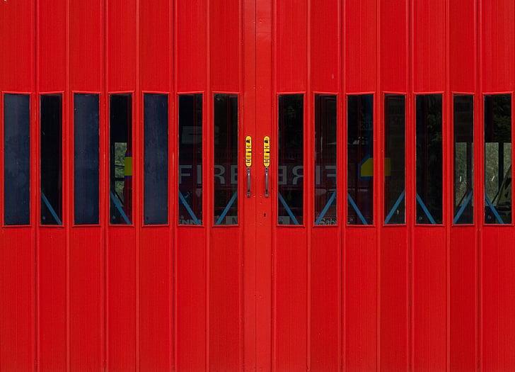 Gaisrinė, gaisrininkams, priekyje, garažo vartai, raudonos durys, raudona, gaisro