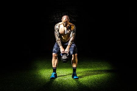 tumša, intensitātes, uzdevums, fitnesa, trenažieru zāle, kettlebell, vīrietis