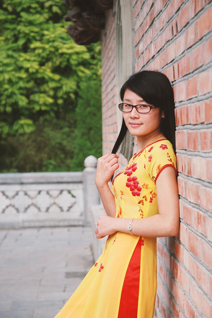 Vietnamita, ragazza, Lunghezza gonna slitted, moda, modello, caro, gonna gialla