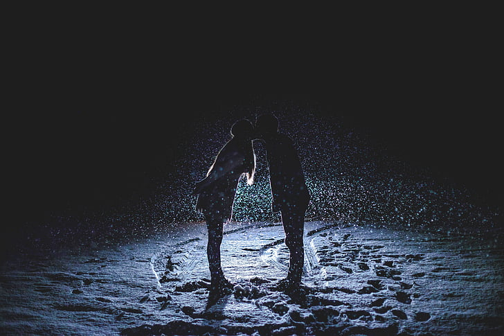 par ljubljenje, snježne noći, pada snijeg, prednja svjetla, noć, ljubljenje par, ljubljenje