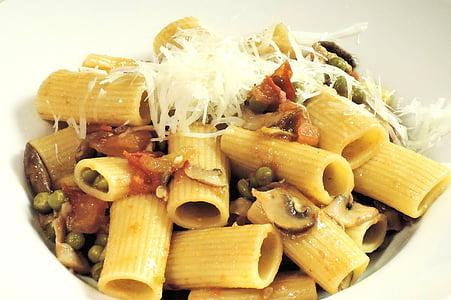 pastes Rigatoni, formatge, pèsols, bolets, tomàquets, aliments, pastes