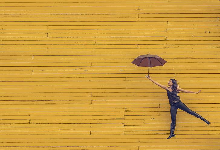 nainen, sateenvarjo, kelluva, hyppy, keltainen tausta, taiteellinen, kaupunkien