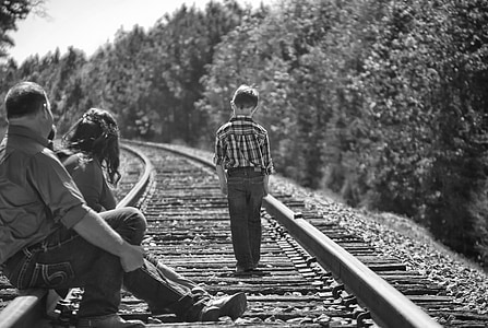 Chlapec, rodiče, chůze, železniční tratě, černá a bílá, portrét, stromy