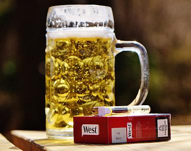 bier, biertuin, sigaretten, lichter, dorst, glazen mok, drankje