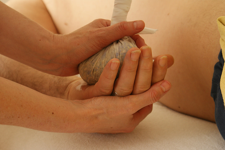 Massage, ontspanningsmassage, Wellness massage, ontspanning, Wellness, kruidenstempelmassage, kruiden stempels