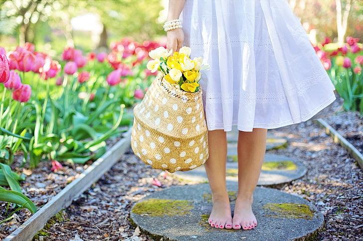 kevadel, tulbid, ilus naine, noor naine, lilled, kevadel, emane