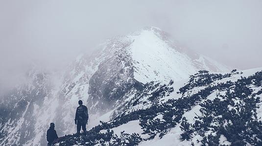 aventura, en blanco y negro, hay niebla, excursionistas, montaña, montañeros, naturaleza