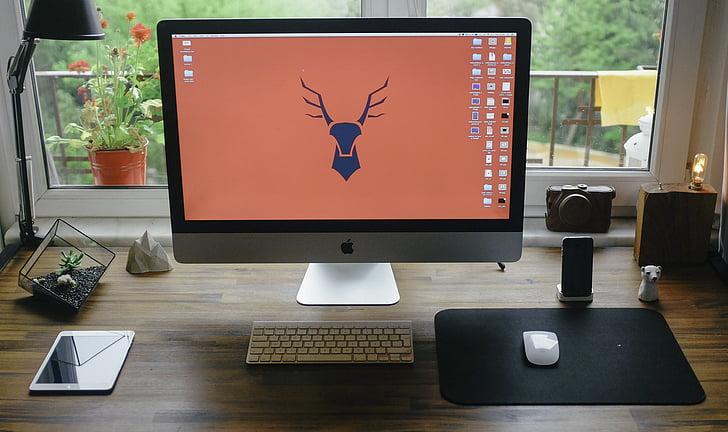 Poma, informació turística, taula de treball, iMac, iPad, iPhone, maqueta