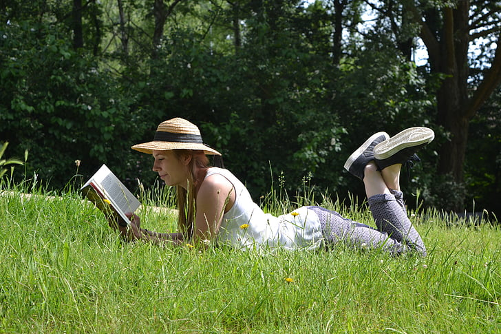đọc cuốn sách, Cô bé, đọc, mùa hè, hoạt động ngoài trời, cỏ, Thiên nhiên