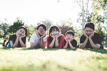 família, l'aire lliure, feliç, felicitat, família feliç a l'exterior, família feliç, somrient