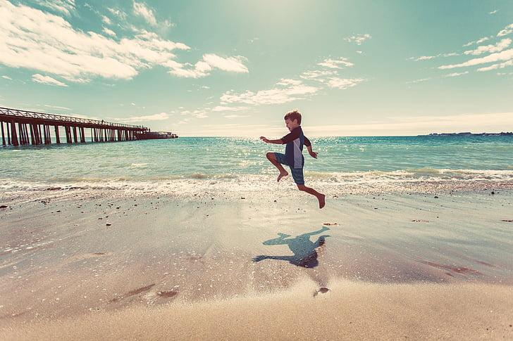 zēns, pludmale, smilts, krasta, ūdens, viļņi, okeāns