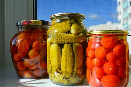 cogombres, totxo, cogombres, tomàquets enllaunats, flascons de vidre, conservació, vermell