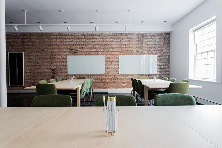 ķieģeļi, krēsli, klasē, tukšs, biroja, istabu, tabulas