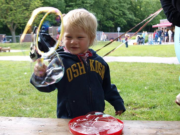 nens, bombolles de sabó, jugar fora, fer bombolles de sabó, infantil, diversió, puste fixar