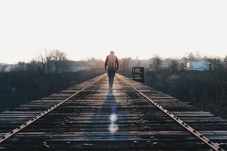 vies del tren, caminant, viatge, sol, persona, arquitectura, viatge