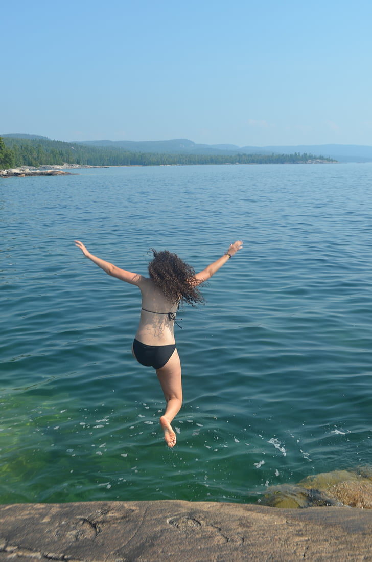 noia saltant a l'aigua, Natació, salt de roca, recreació, l'aire lliure, l'estiu, Llac