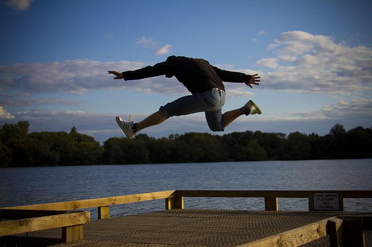 home, saltant, feliç, emocionat, executar, corrent, salt