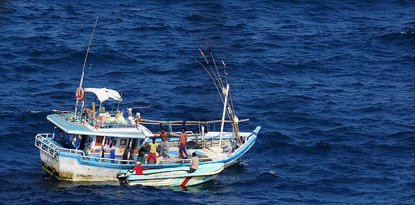 loďou, rozbúrenom mori, rybárska loď, Ocean, Srí lanka