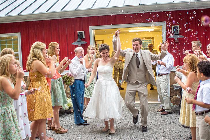 Kāzu svinībās, kāzas, izejiet no, burbuļi, cilvēki, svinības, sievietes