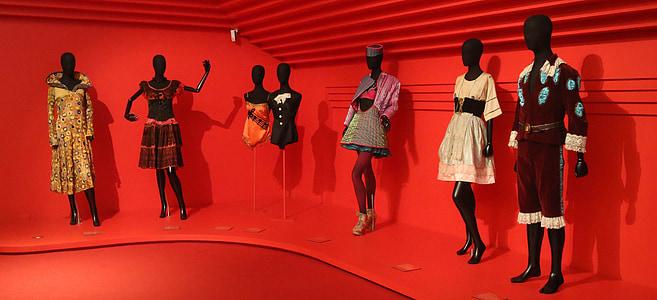 Manekeni, knupīši, modes, drēbes