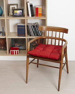 cadira, coixins, prestatgeries, el sanctum sanctorum