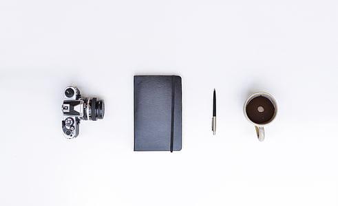 Zátiší, fotoaparát, zápisník, pero, pohár, hrnek, káva