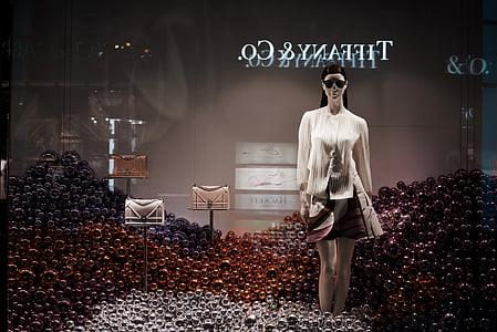 Tiffany, Co, ādas pirkstaiņi, somas, displeja, netālu no, sieviete