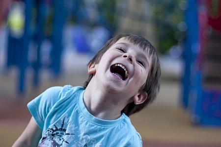 nen, riure, feliç, parc infantil, somrient, felicitat, alegre