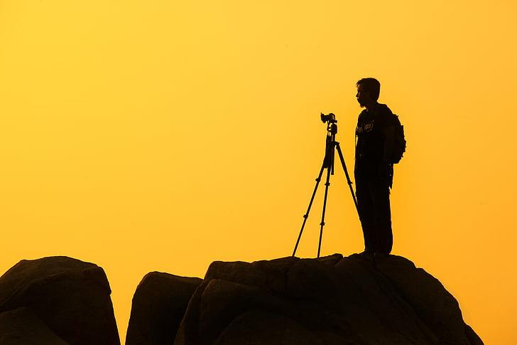 silueta, home, peu, càmera, trípode, groc, posta de sol