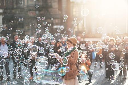 sieviete, spēlē, burbuļi, diena, laiks, cilvēki, pūlis
