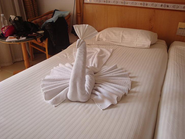törülköző, páva, ruhával alakzat páva