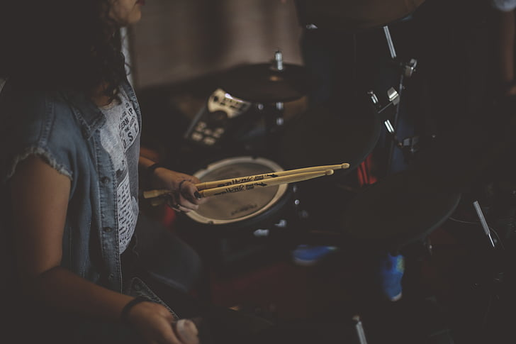 Drum pulgad, trummar, trummid, Tüdruk, vahend, muusika, muusikaline instrument