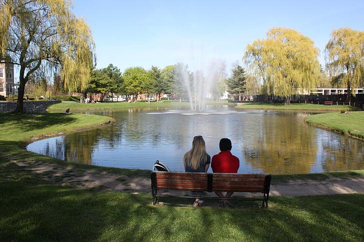 любовь, Кампус колледжа, Фонтан, Дружба, друзья, Вместе, на открытом воздухе