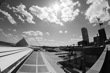 Milwaukee, Centro de la ciudad, ciudad, nubes, sol, edificios, blanco y negro