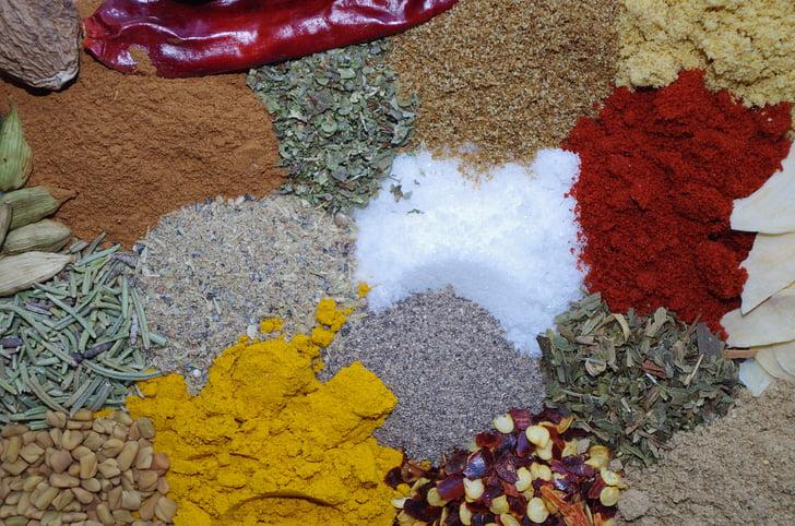 színes fűszerek, só, paprika, kurkuma, Cayenne-i bors, rozmaring