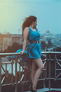 tüdruk sinine kleit, pikad juuksed, Tüdruk, Kleit pikkus, tumedal taustal, juuksed, Mudel