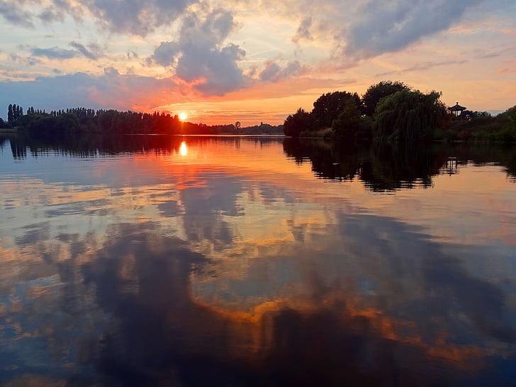 Saulėlydis, ežeras, vandens atspindys, debesys, atmosferos, vakare, raudona