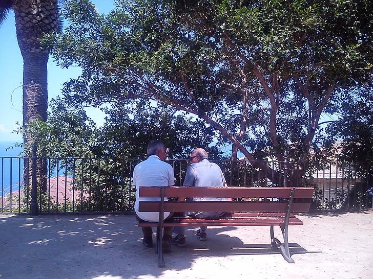 priateľstvo, Príroda, starší ľudia, malé hovoriť, Kalábria, lavica, muži