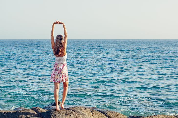 το καλοκαίρι, νεαρή γυναίκα, στη θάλασσα, Ωκεανός, γυναίκα, παραλία, προκυμαία