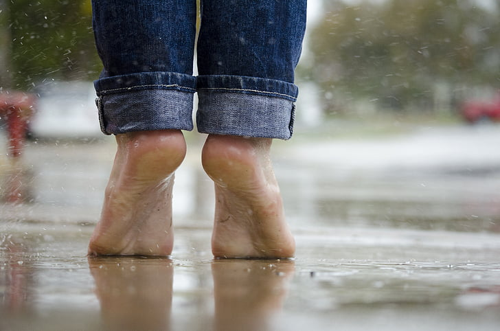 descalç, peus, macro, a l'exterior, pluja, l'aigua, mullat