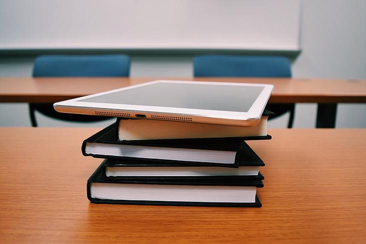 tablett, böcker, utbildning, skrivbord, klassrum, skolan, bok