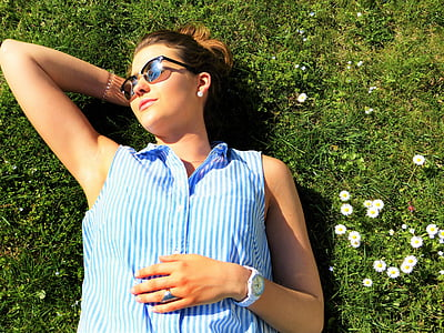 wanita muda, padang rumput, keprihatinan, bersantai, sisanya, matahari, cerah