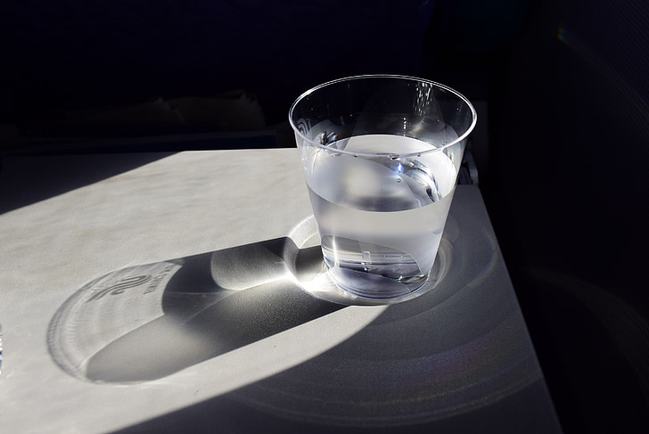 en kopp vatten, skugga, ensam, ljus och skugga, solsken
