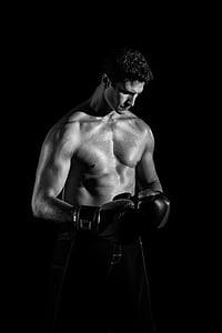 escala de grisos, fotografia, home, portava, boxa, guants, pantalons curts